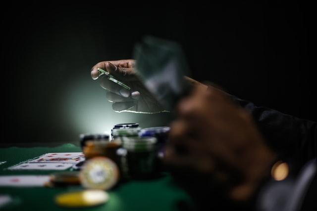 keenan constance VTLcvV6UVaI unsplash 1 - Những quyển sách giúp bạn học đánh bạc